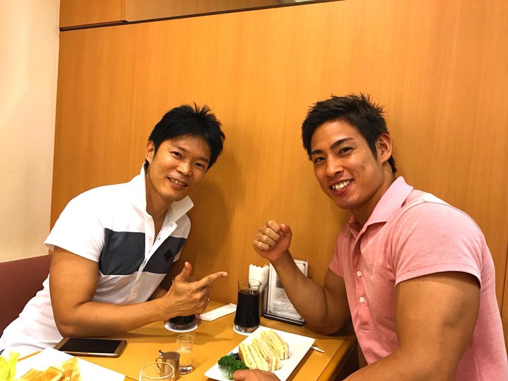 ポロシャツ姿の筋肉質男子2人組